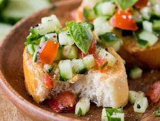Vous êtes un amateur de bruschetta? Il faut absolument que vous essayiez cette variante de bruschetta au concombre qui est tout aussi délicieuse... Vegetable Soup Recipes, Vegetarian Recipes, Cooking Recipes, Healthy Recipes, Cucumber Avocado Salad, Cucumber Recipes, Baguette, Bruschetta Recept, Appetizer Recipes