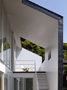 Second Floor Modern House Entrance Design With White Iron Stairs Using White Iron Fence And White Slopinng Roof With Modern Front Door Ideas And Architecture Homes, Marvelous Architecture For Modern House Entrance Design: Exterior Ideas, Interior Ideas Modern Japanese Interior, Japanese Home Design, Minimalist Home Interior, Japanese House, Entrance Design, House Entrance, Small House Design, Modern House Design, Japanese Architecture