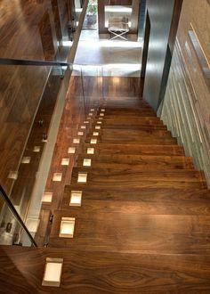 Nowoczesne oświetlenie schodów lights design interior idea inspiration schody stairs wood hall home
