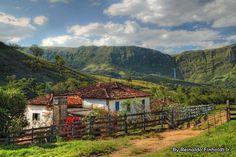 Casinha na Serra da Canastra e ao fundo a  cachoeira de Casca d'Anta, com 210 m de altura. São Roque de Minas, estado de Minas Gerais, Brasil.