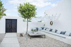 Aller savoir pourquoi Ibiza soudain me vient à l'esprit quand j'ai envie d'inspiration pour des terrasses blanches. Parce que franchemen...