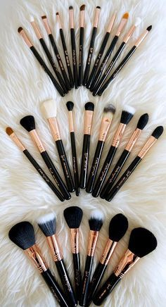 There are a lot of people who nowadays are applying cosmetics using their fingers, in my opinion it looks a lot better if applied using a make-up brush. This article describes the reasons for this and looks at the types of make-up bru Makeup Goals, Love Makeup, Makeup Inspo, Makeup Inspiration, Clean Makeup, Stunning Makeup, Makeup Set, Makeup Blog, Makeup Style