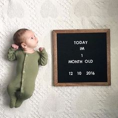 a cute 1 month baby photo One Month Old Baby, Baby Month By Month, Photo Bb, Baby Monat Für Monat, Baby Shooting, Milestone Pictures, Monthly Baby Photos, Baby Letters, Baby Boy Pictures