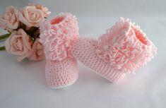 Botinha confeccionada em lã, nas cores branco e rosa.  Uma ótima opção para presentear o bebê de uma amiga, ou seu próprio bebezinho.  Tamanhos disponíveis para encomendas:  0 - 3 meses (9 cm)  3 - 6 meses (10 cm)  6 - 9 meses (11,5 cm) Crochet Bow Pattern, Crochet Bows, Crochet Baby Booties, Knit Crochet, Baby Girl Shoes, Girls Shoes, Abaya Fashion, Baby Patterns, Baby Gifts