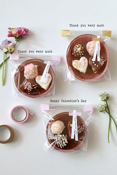 ★100均のタルト型をバレンタインのラッピングに♪ | インテリアと暮らしのヒント Valentines Day Weddings, Happy Valentines Day, Cupcake Cookies, Biscuit Cookies, Cake Packaging, Kawaii Gifts, Bake Sale, Chocolate Cookies, Homemade Gifts