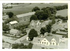 Den nye kommuneskole øverst i billedet, bygget 1952. Endvidere ses telefoncentralen, Navigationsskolen og i forgrunden købmanden. Fra Mia Gerdrups arkiv. Billedet findes også i Bogø År 2000, s. 55.