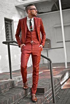 赤ベースのスリーピーススーツでアバンギャルドな着こなし。30代アラサー男性におすすめのスーツベスト。