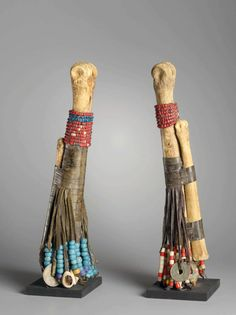 Africa | Dolls from Nigeria | 2nd half of the 20th century | Bones, leather, glass beads, cowrie shells, brass rings and coins dated 1949, 1951 and 1952 | © Collection Denise and Michel Meynet