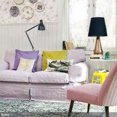 Mit einer frischen Sofahusse bekommt das Wohnzimmer einen neuen Touch. Zusammen mit einem Vintage-Loungesessel mit pinkfarbenem Bezug wirkt die Sitzecke mit dem …