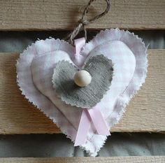 Cœur à suspendre en coton vichy rose pastel, et petit cœur en lin kaki, à parfumer selon votre humeur...
