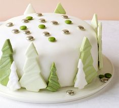 How to decorate a Christmas cake: Shimmering forest cake Christmas Tree Cake, Christmas Cake Decorations, Best Christmas Cookies, Christmas Desserts, Christmas Baking, Christmas Treats, Green Christmas, Xmas Tree, Simple Christmas