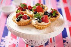 Ciasto z truskawkami - zebraliśmy najlepsze przepisy na lato. Naprawdę trudno się zdecydować od którego zacząć, do wyboru: puszyste ciasto biszkoptowe, sernik na zimno, tarta na kruchym spodzie, a nawet tort