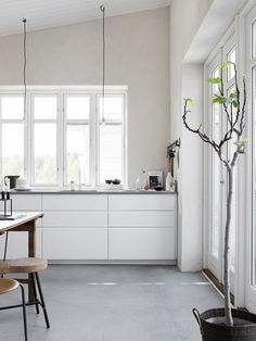 White kitchen with concrete floor. Pella Hedeby, photo by Sara Medina Lind Ikea Kitchen, Kitchen Flooring, Kitchen Interior, Kitchen Ideas, Kitchen Grey, Kitchen Designs, Kitchen Countertops, Kitchen Dining, Kitchen Decor