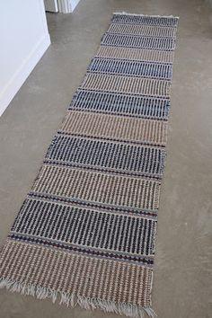 . . I bland, ganska ofta faktiskt, stöter jag på mattor som jag önskar att jag själv gjort. Just den här gamla tuffingen stötte min syster ... Designer Bed Sheets, Textiles, Recycled Fabric, Weaving Techniques, Woven Rug, Hand Weaving, Outdoor Blanket, Tyger, Rag Rugs