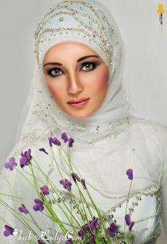 Hijab dengan hiasan di atas kepala.