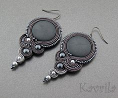Loving these earrings by Kavrila Beaded Earrings, Earrings Handmade, Beaded Jewelry, Handmade Jewelry, Soutache Tutorial, Ideas Joyería, Soutache Necklace, Fabric Jewelry, Artisanal