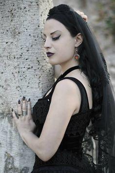 Kali Noir Diamond - Photo: Vanic Photography. Longdress (709) and Veil (H016) by Sinister. #Gothic #Goth #Gothicdress #Blackveil #Sinister