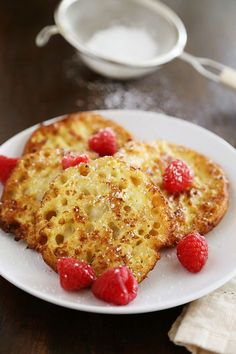 English Muffin French Toast - Fluffy, buttery French toast made from English muffins topped with berries! Breakfast Fruit Salad, Healthy Breakfast Muffins, Breakfast Toast, Breakfast Buffet, Breakfast Cookies, Breakfast For Dinner, Breakfast Recipes, Breakfast Ideas, Sausage Muffins