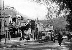 vas. sofias 1925 H Λεωφόρος Κηφισιάς φωτογραφημένη μεταξύ 1925 & 1935. Σπάνια λήψη με όλα τα κτήρια που υπήρχαν σε αυτά τα οικοδομικά τετράγωνα με πρόσοψη στην σημερινή Βασ. Σοφίας. Το πρώτο σπίτι αριστερά: η οικία ΠΑΥΛΟΥ ΚΑΖΟΥΛΗ, Βασ. Σοφίας 19 & Κουμπάρη. Το κατεδάφισαν. ... Greece Pictures, Old Pictures, Old Photos, Vintage Photos, Back In Time, Back In The Day, Old Greek, Greece Photography, Athens Greece