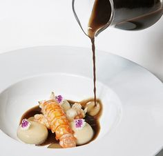Raviolis líquidos de bacalao, cigalas e infusión de ajo negro, del Can Bosch