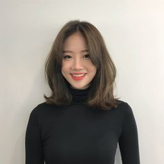 35 Amazing Shoulder Length Hair You Can Try Stunni+ Middle Length Hair, Middle Hair, Medium Hair Cuts, Medium Hair Styles, Curly Hair Styles, Korean Short Hair, Korean Medium Hair, Korean Haircut, Hair Korean Style