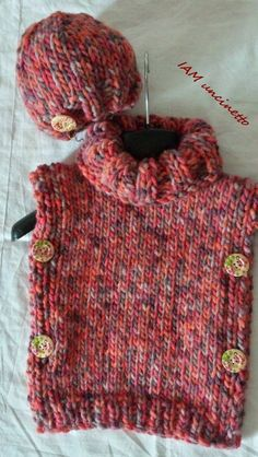 Poncho e berretto bimba in lana grossa con bottoni ai ferri. Knitted wool pullover & hat for child. Handmade. Made in Italy