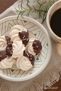 焼きメレンゲにチョコをコーティングしたおしゃれなお菓子。メレンゲにコンスターチを少し入れると、しっかりしたサクサクの仕上がりになるとか。また、グラニュー糖を溶かしきって卵白によくなじませることが、なめらかさを生むコツのようです。 Chocolate Butter, Chocolate Recipes, Sweet Recipes, My Recipes, Cookie Recipes, Dessert Recipes, Cookie Gifts, Bread Cake, Holiday Cakes