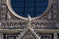Siena, Piazza del Duomo, Duomo Santa Maria Assunta, Fassade mit Büsten der Erzväter (facade with busts of the patriarchs) | da HEN-Magonza