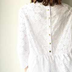 BRODERIES & PRESSIONS. #nuagecommecoton Blouse Styles, Blouse Designs, Casual Outfits, Fashion Outfits, Couture Tops, Blouse Dress, Mode Inspiration, Cotton Dresses, Capsule Wardrobe