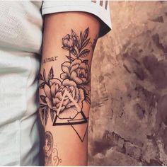 Modelos de tatuajes para mujeres - uñas y tatuajes - # para # uñas . Dreieckiges Tattoos, Love Tattoos, Girl Tattoos, Tattoos For Women, Tattoos For Guys, Tattoo Drawings, Awesome Tattoos, Tattoo Sketches, Geometric Tattoo Thigh
