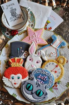 Alice in Wonderland. Oh my goodness! I want to have an Alice in Wonderland birthday party now! Mad Hatter Tea, Mad Hatters, Alice In Wonderland Tea Party, Party Decoration, Snacks Für Party, Cute Cookies, Teacup Cookies, Cookies Et Biscuits, Sugar Cookies