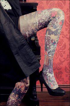 Marie Antoilette, collants imprimés made in france modèle : Josephine ! Marie Antoilette : Le collant des filles qui n'en font qu'à leur tête ! Inspiration tatouage des jambes de femme dans les années 50. http://www.collantsmarieantoilette.com/product/josephine