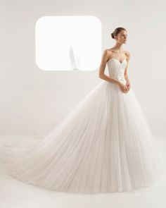 Princess-style beaded lace and soft tulle wedding dress with sweetheart neckline and full skirt. 2018 Rosa Clará Collection.