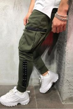 Monocloth is delivering music-inspired men streetwear sweatpants for you. Choose through our collection ankle, cargo, jogger or slim fit sweatpants. Mode Streetwear, Streetwear Fashion, Men Street, Street Wear, Style Hip Hop, Modern Fashion, Mens Fashion, Fashion Vintage, How To Look Handsome