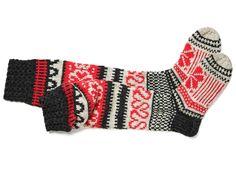 Kotipäivänä ihaninta on vetää lämpöiset, pitkät villasukat jalkaan. Jos neulominen rentouttaa, tee nämä sulottaret itse.