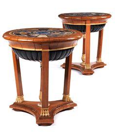 Höhe: 85 cm. Durchmesser: ca. 77,5 cm. Italien, Anfang 19. Jahrhundert. Aufbau in Weichholz, furniert in Kirschbaum, partiell ebonisiert und goldgefasst. Die...