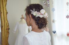 Tiara del flores variadas ideal para una niña de ceremonia