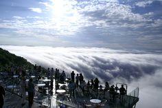 北海道・トマムの標高1,088mの高さに位置するのが、2005年に開業した「雲海テラス」です。雲海を見下ろす事が出来るので、「天国に一番近いカフェ」とも呼ばれています。多い日だと、2,000人以上が訪れる人気スポットです。
