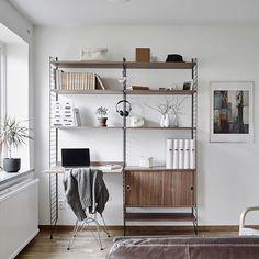 Desde que Nils Strinning creó el sistema String en 1949, este mueble de diseño es todo un clásico de la decoración nórdica. Una de las razones es la calidad de sus materiales que hace que sea un modelo muy liviano y resistente.Esta combinación está pensada como zona de trabajo o estudio con un escritorio integrado. Puedes poner tus libros en las baldas y aprovechar el cabinet para el almacenamiento oculto. #stringsystem #stringshelving #estantería #escritorio #workspace Shelving, Scandinavian, Doors, Photos, Home Decor, Instagram, Home, Labor Positions, Work Spaces
