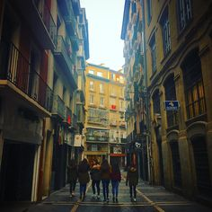 La cuadrilla que se toma la calle #girl #girls #instagramers #instagram #instadaily #instagood #picture #pictures #picoftheday #pic #streetstyle #streetphotography #street #people #city #ciudad #gente #calle #pamplona #navarra #gang #cuadrilla #love #friendship #friends