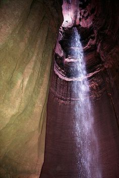 Una cascada subterranea de 45 metros de altura en Estados Unidos            Se llama Ruby Falls, y está dentro de un complejo de cavernas (Lookout Mountain) cerca de Rock City, en Tennessee, Estados Unidos. Fue descubierta al querer construir un paseo turístico en el interior del complejo de las cuevas cercanas. La cascada Ruby cae en un eje vertical de gran tamaño, alimentada por agua de lluvia y manantiales naturales en un arroyo subterráneo que continúa su recorrido a través de grietas de…
