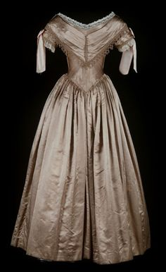 Ball gown ca. 1839-40    From the Museum of New Zealand