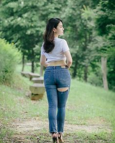 Image may contain: 1 person, standing, outdoor and nature Cute Jeans, Sexy Jeans, Skinny Jeans, Cute Asian Girls, Beautiful Asian Girls, Belle Nana, Casual Fall Outfits, Girls Jeans, Ripped Girls