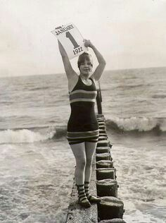 vintage everyday: 27 Vintage Photos of Celebrities Celebrating the New Year You Would Never See Today Vintage Beach Photos, Vintage Pictures, Vintage Photographs, Old Pictures, Old Photos, Vintage Outfits, Vintage Fashion, Women's Fashion, Bathing Costumes
