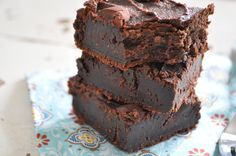 These Dark Chocolate Flourless Fudge Brownies are made without refined sugar, flour, or oil and taste divine!