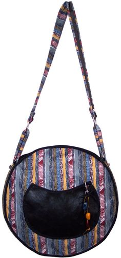 $70.000 COP Bolso redondo elaborado en tela con bolsillo en cuero