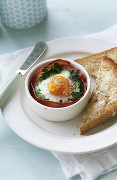 The easiest way to cook eggs! Baked eggs with spinach and ham make a brilliant breakfast when you're dieting. Spinach Recipes, Egg Recipes, Brunch Recipes, Breakfast Recipes, Cooking Recipes, Breakfast Ideas, Low Calorie Recipes, Healthy Recipes, Healthy Meals