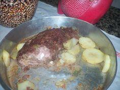 600 g de carne moída  - sal a gosto  - 3 dentes de alho amassados  - sazón vermelho  - azeitona  - louro e coentro em pó (opcional)  - 3 ovos cozidos (opcional)  - 200 g de mussarela  - 200 g de presunto  -