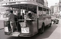 vintage everyday: 50 Interesting Vintage Photographs That Capture Street Scenes of Paris in the Vintage Paris, Vw Vintage, Old Paris, Antique Photos, Vintage Photographs, Pigalle Paris, Ligne Bus, Paris Opera House, Romantic Paris