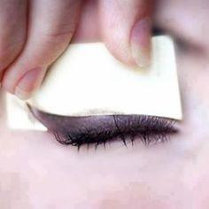 """Acessorio para auxiliar na hora de fazer o o """"olho gatinho"""". É so fazer com um papel bem durinho e aproveitar  #façavocêmesmo #olhogatinho #dicasnota1000"""